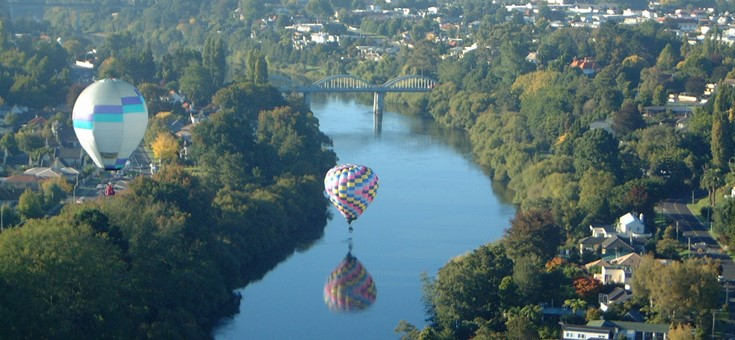 Balloons over Waikato River, Hamilton, NZ.jpg