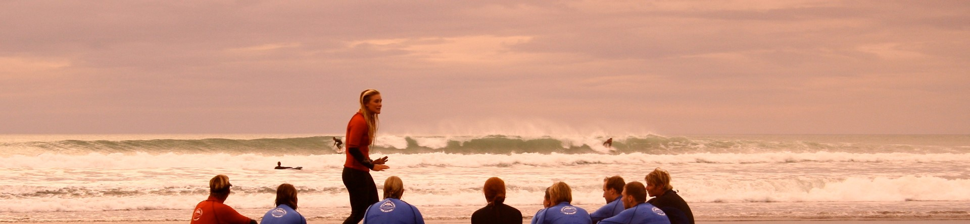 Surf lesson on Ngarunui Beach, Raglan, NZ