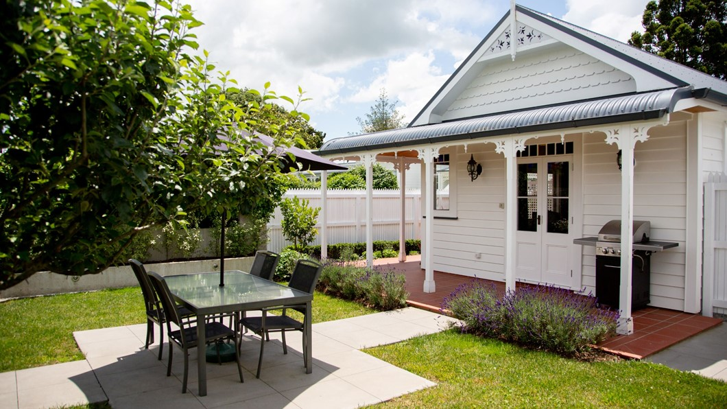Walton Cottage - Self Contained Accommodation. King size bed, Full Kitchen, Seperate bedroom, Private Courtyard plus secluded outdoor bath that provides the ultimate relaxation and privacy during your stay.