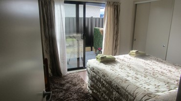 Queen bed with courtyard. Twin bed with flat screen TV and free WiFi
