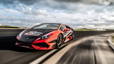 Book now to ride in the Supercar Fast Dash and experience the thrill of our Lamborghini Huracan, capable of reaching 100 km/h in 3.2 seconds and hitting 230 kph with you in the passenger seat of the car.